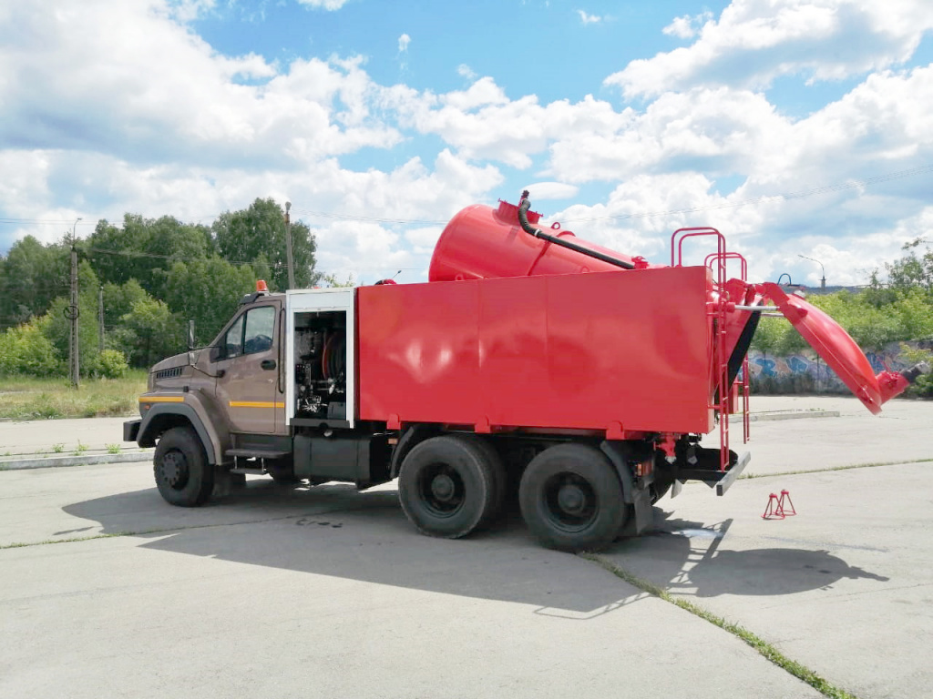 На дорожном шасси «Урал NEXT 6х4» создана новая вакуумная машина