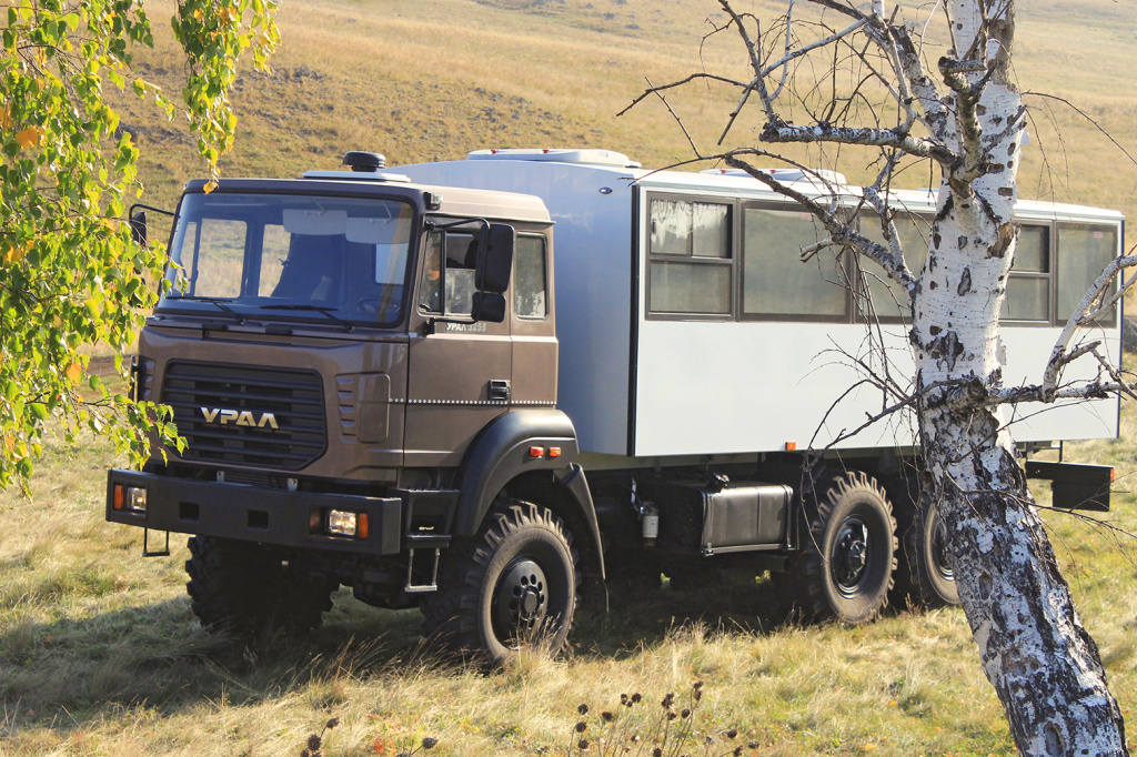Бескапотный вахтовый автобус Урал М 6х6