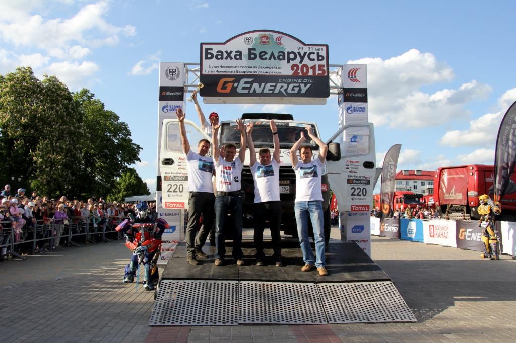 Спортсмены команды ГАЗ Рейд Спорт на финишном подиуме.JPG