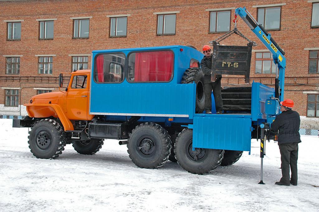 Вахтовый автобус с гидроманипулятором